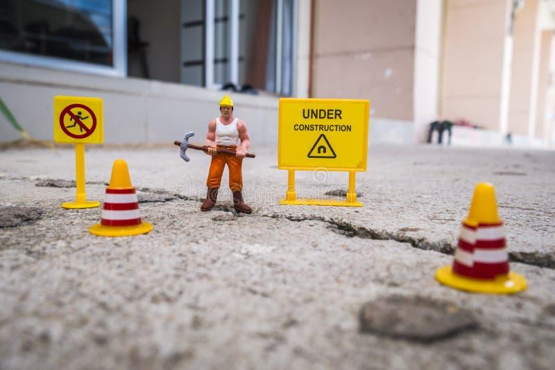 修理街道的维护队崩裂了,微型图 免版税库存照片