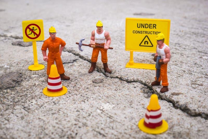 修理街道的维护队崩裂了,微型图 免版税库存图片