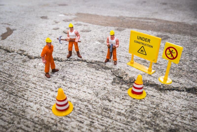修理街道的维护队崩裂了,微型图 库存照片
