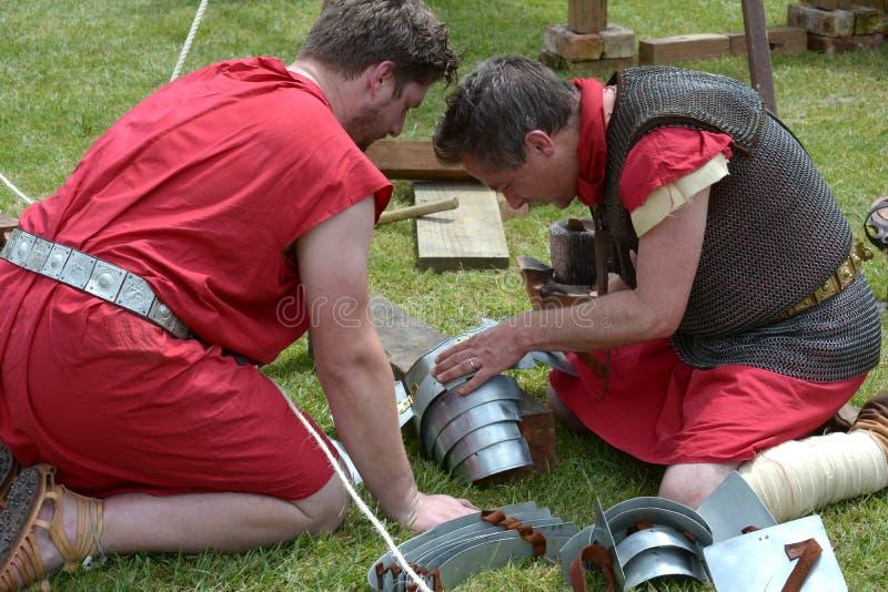 修理装甲的罗马战士 免版税库存照片
