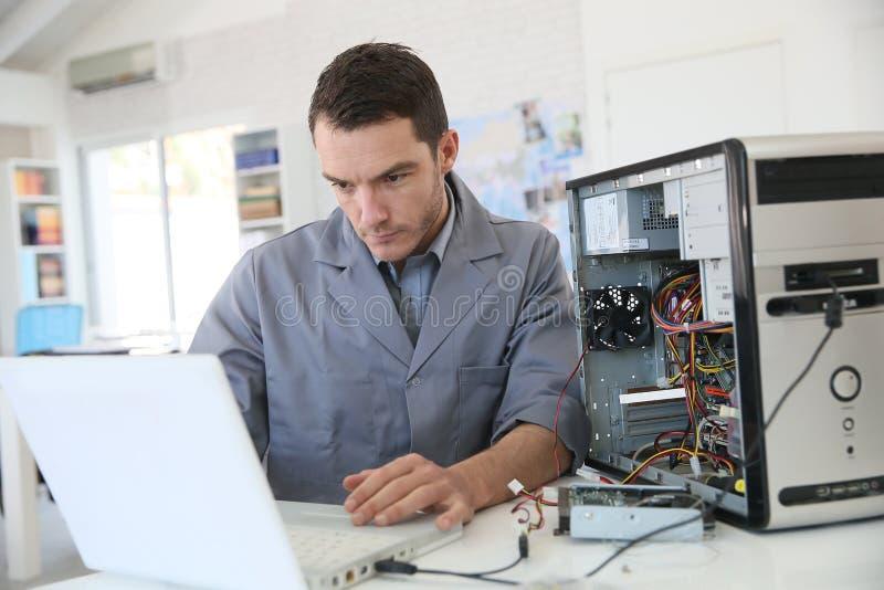 修理计算机的技术员 图库摄影