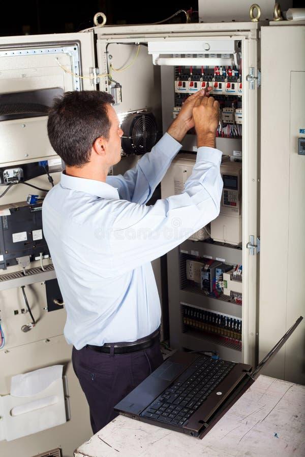 修理设备的工业工程师 免版税图库摄影
