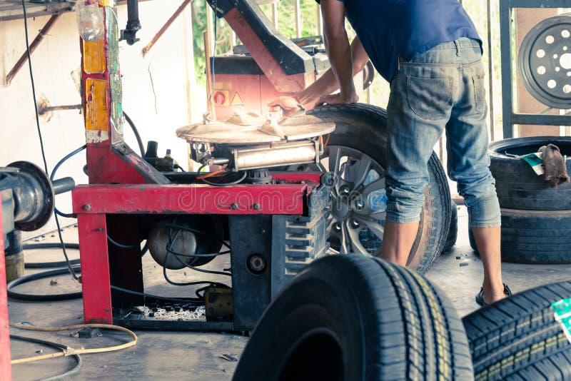 修理车轮的专业安装工 库存图片