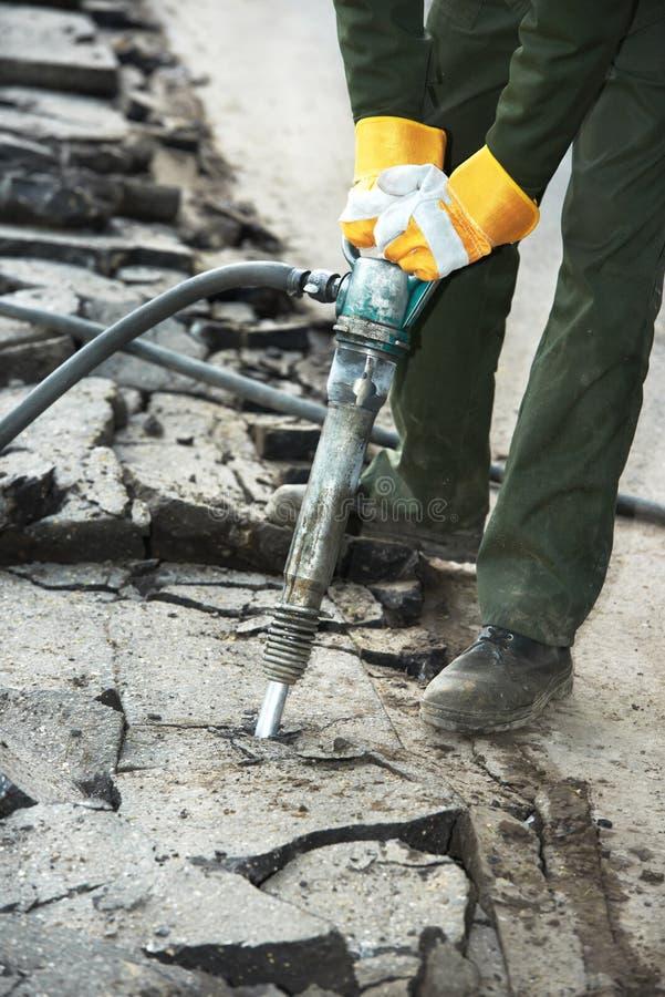 修理道路工程的沥青手提凿岩机 免版税库存照片