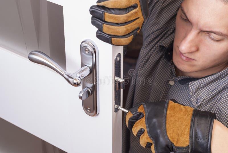 修理门锁 图库摄影