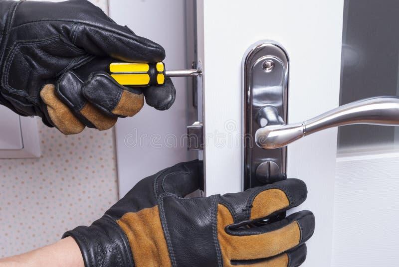 修理门锁 免版税库存图片
