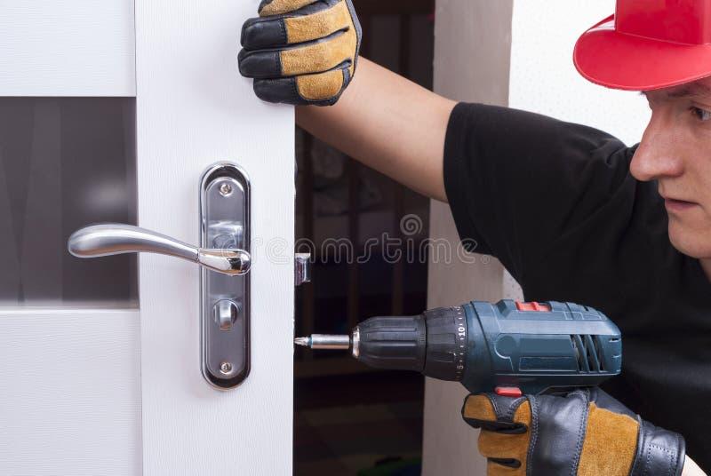 修理门锁 库存图片