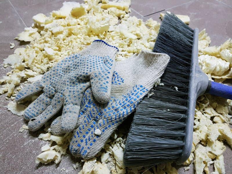 修理-整理在砖地上的泡沫、刷子和建筑手套 免版税库存照片
