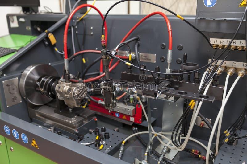 修理柴油引擎的喷管 免版税图库摄影