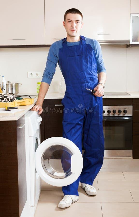 修理洗衣机的安装工 库存图片