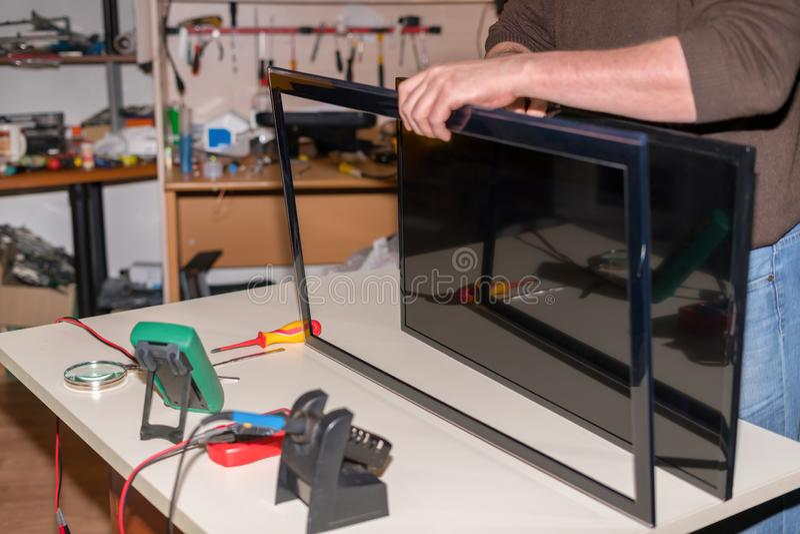 修理LCD电视,电视屏幕拆卸LED盘区  图库摄影