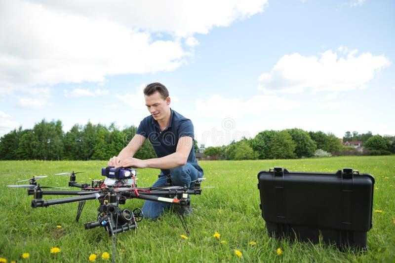 修理UAV寄生虫的工程师在公园 库存图片
