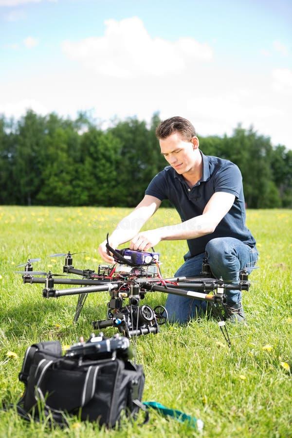 修理UAV寄生虫的工程师 库存图片