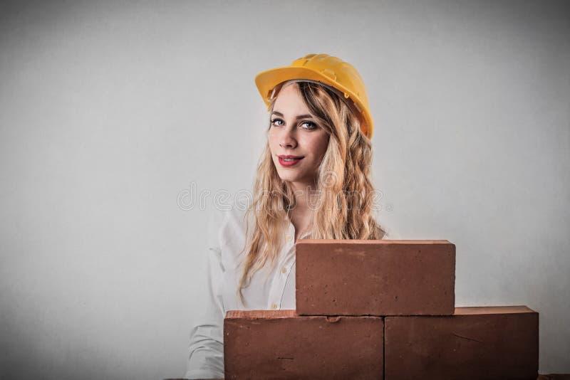 修筑墙壁的妇女 免版税库存照片