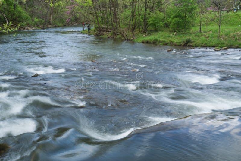 修补破铜铁者小河与两位渔夫的鳟鱼小河 库存图片