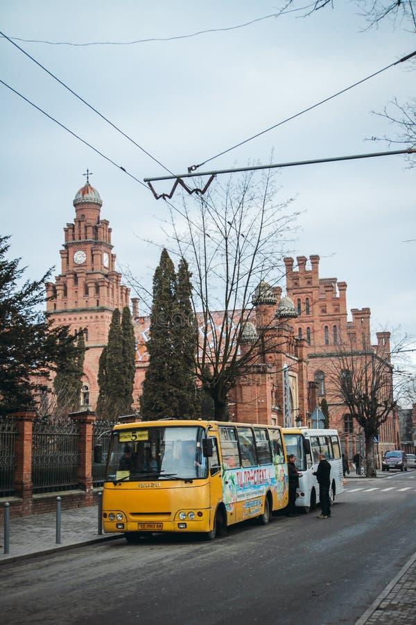 修造乌克兰chernivtsi篱芭,红砖,公共汽车 库存图片