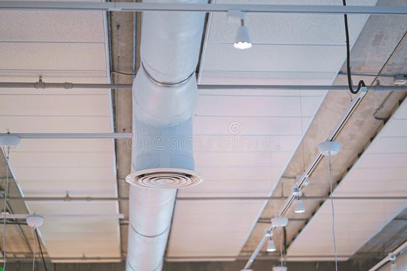 修造内部空气管道,空气情况管子天花板气流工业设计的产业 免版税库存图片