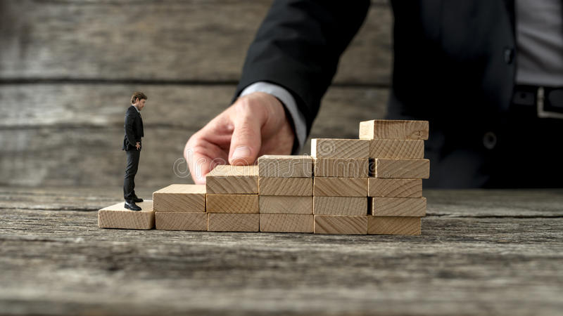 修造另一位企业家的商人一个楼梯对cli 免版税库存照片