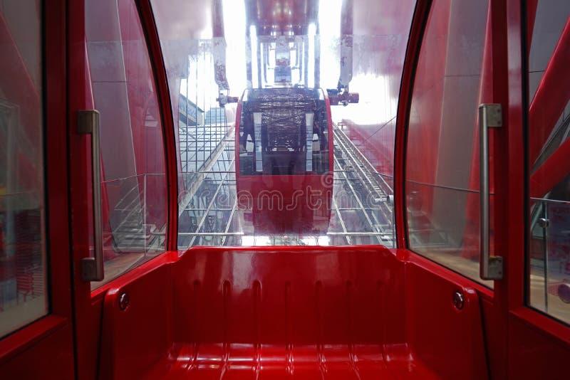 修造在日本大阪的里面红色轮子ferris 图库摄影