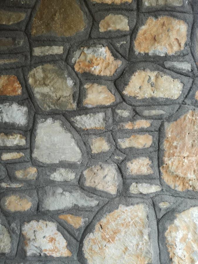 修造在有水泥的墙壁上的石头联接 图库摄影