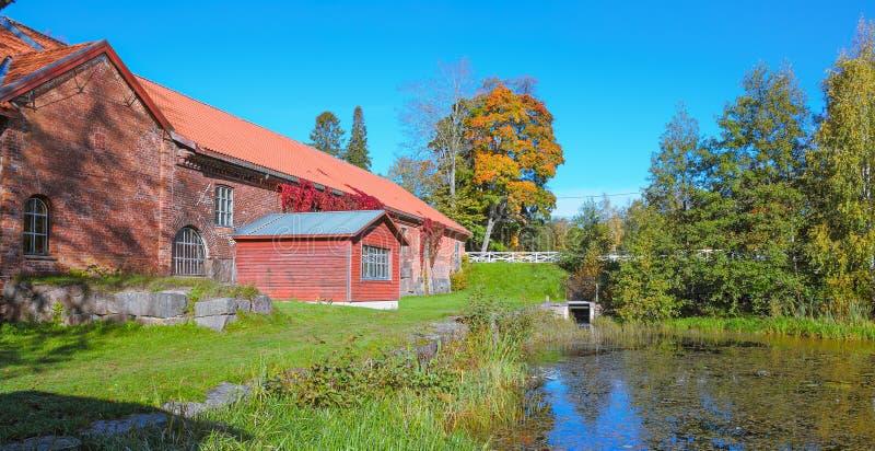 修造在池塘的老红砖 库存图片