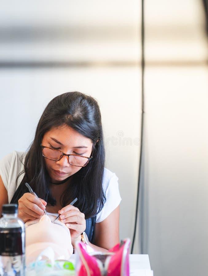 修造在硅树脂时装模特的睫毛的训练 与t一起使用 库存照片