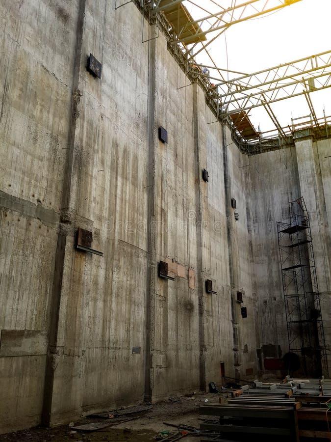 修造大的储水箱混凝土墙建设中 库存图片