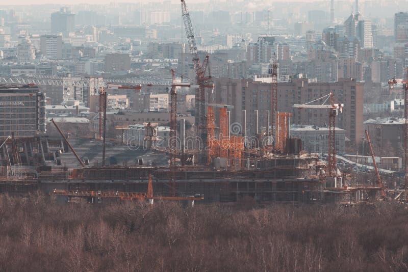 修造巨大的未完成的体育场建设中 免版税图库摄影