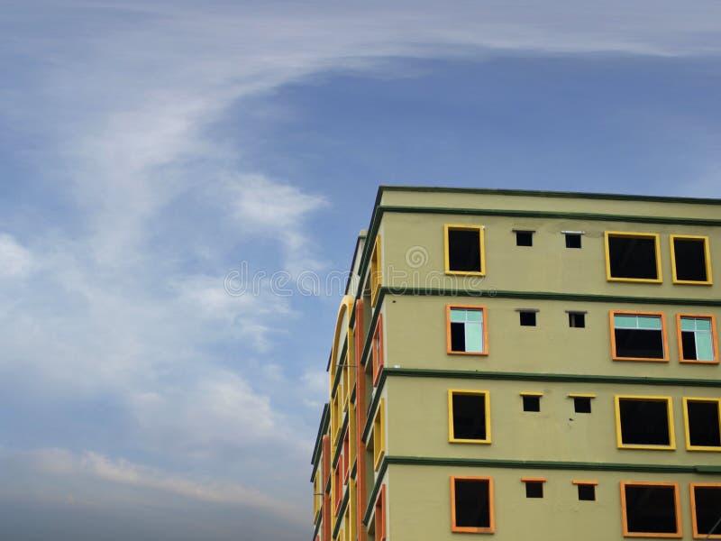 修造建设中有天空背景 免版税库存照片