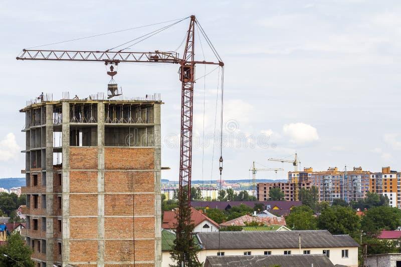 修造建设中用塔吊和wor的高楼层 免版税图库摄影