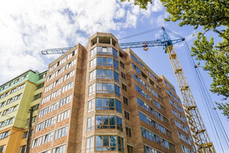修造建设中用塔吊的现代高楼层 库存照片