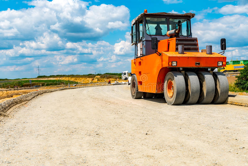修造新的路的压路机 免版税库存图片