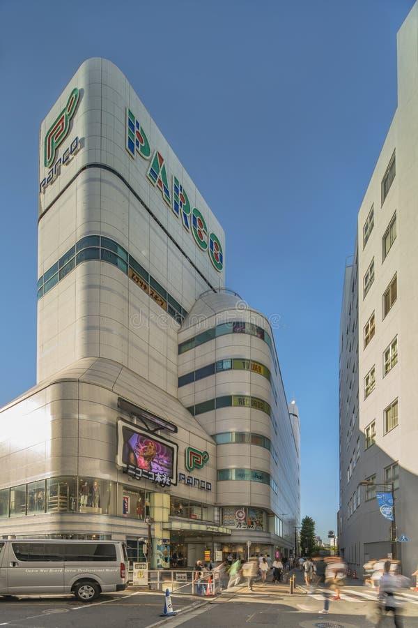 修造时尚购物中心P'与圆形的PARCO在东京北部的池袋区在夏天天空蔚蓝下 免版税图库摄影