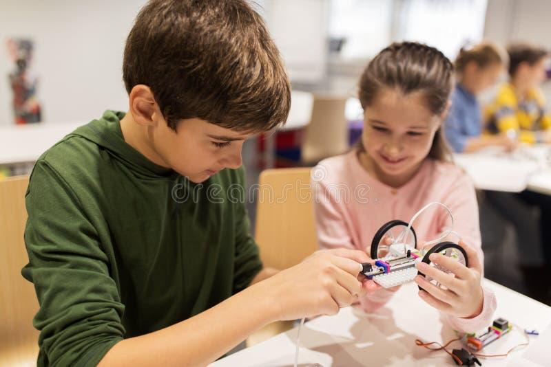 修造机器人的愉快的孩子在机器人学学校 免版税库存图片
