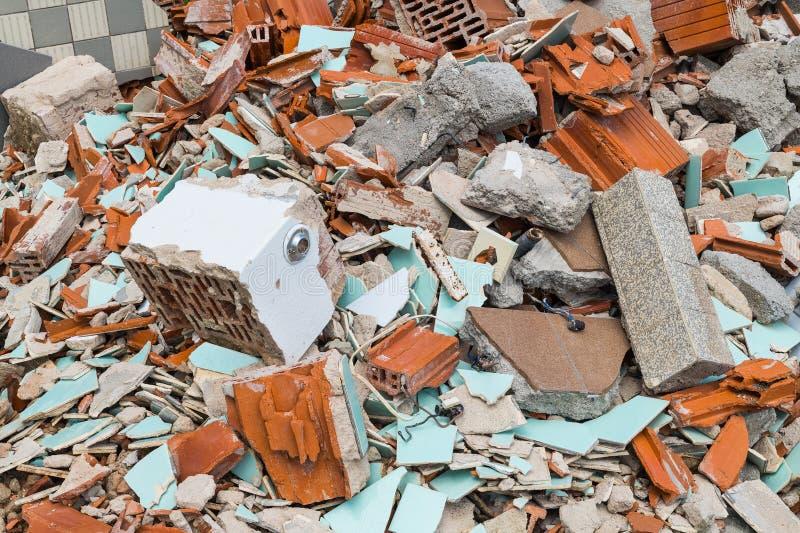 修造的垃圾站 砖、瓦片和具体片断在残骸堆  库存图片