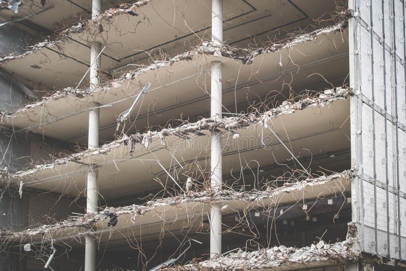 修造的废墟-被毁坏的房子在爆破时 库存图片
