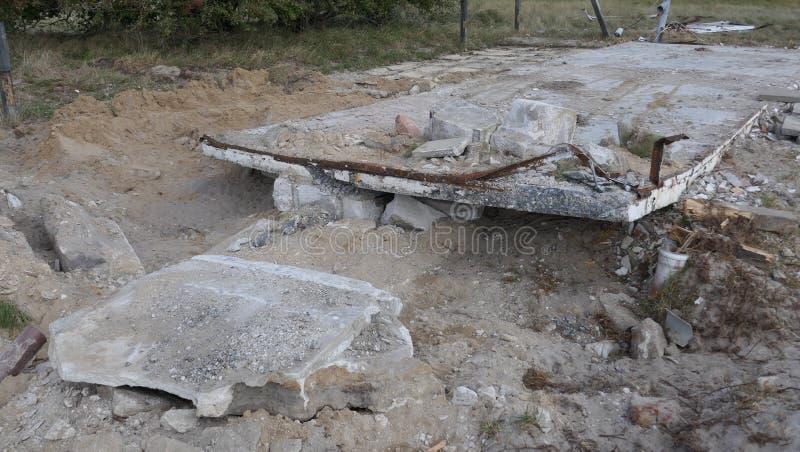 修造的瓦砾,瓦砾堆 一个独立式住宅的爆破 免版税库存照片