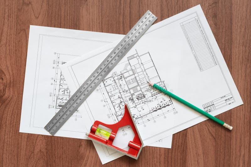 修造的计划和工具在一张木桌上 免版税库存照片