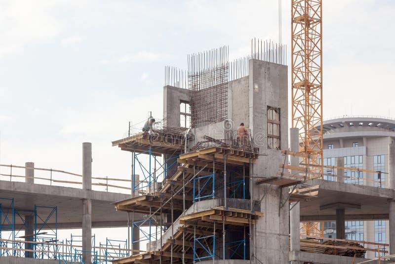 修造的Residental建设中 安装的预制混凝土台阶 墙壁由被供气的具体块做成 起重机和新的mu 免版税库存照片