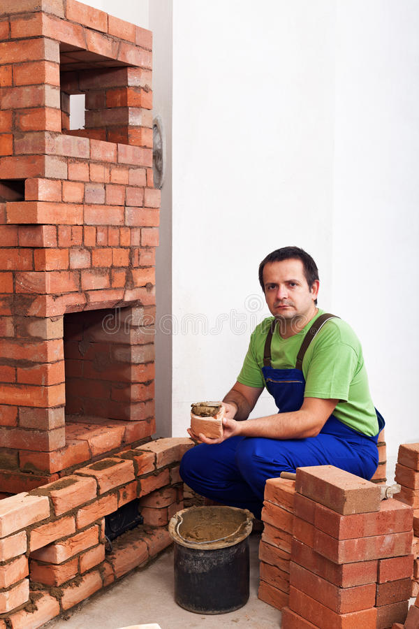 修造石工加热器的人 图库摄影