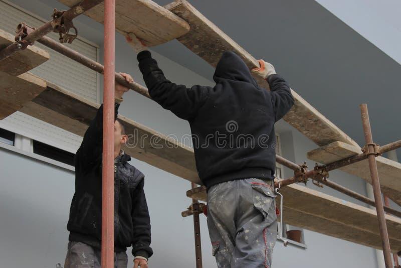 修造脚手架2的建筑工人 免版税库存照片