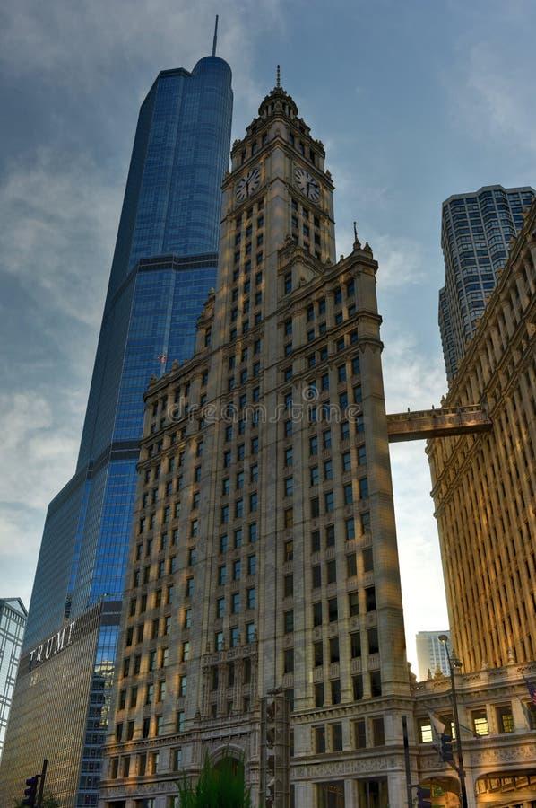 修造芝加哥的王牌塔和里格利 免版税库存图片
