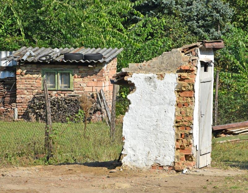 修造被破坏的洗手间户外 库存照片