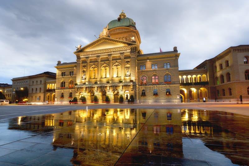 修造Bundesplatz的瑞士议会在晚上 伯尔尼 Switzerlan 库存图片