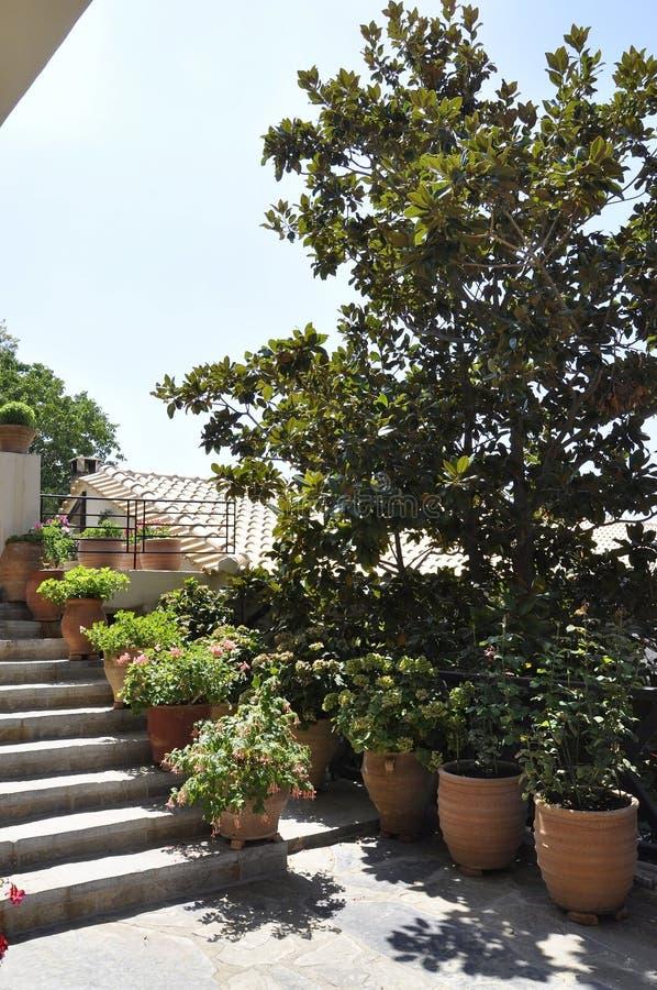 修道院从希腊的克利特海岛的帕纳伊亚Kera Kardiotissa庭院 图库摄影