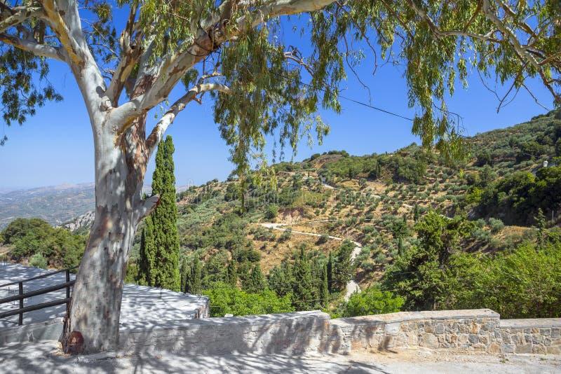 从修道院在克利特山的Kera Kardiotissa的看法  免版税库存照片