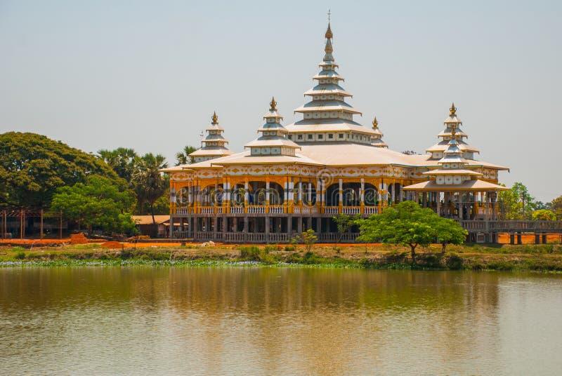 Download 修道院在池塘 毛淡棉, Hha-an 缅甸 缅甸 库存图片. 图片 包括有 神圣, 石头, 佛教, 风景 - 72356043