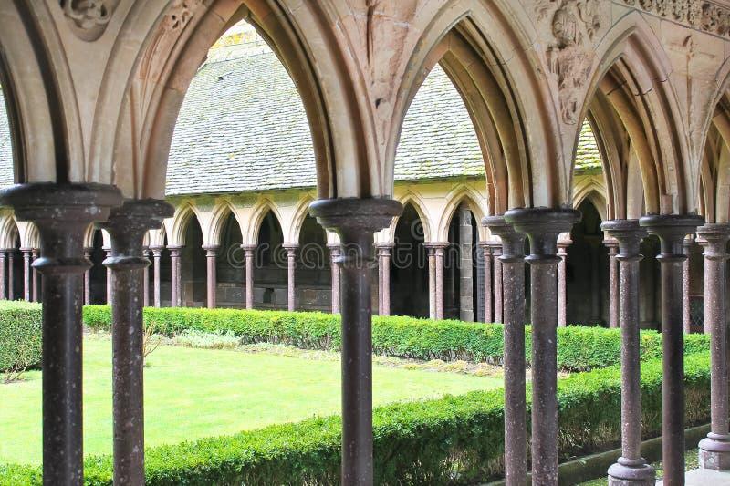 修道院庭院在Mont圣米歇尔修道院里。 免版税图库摄影