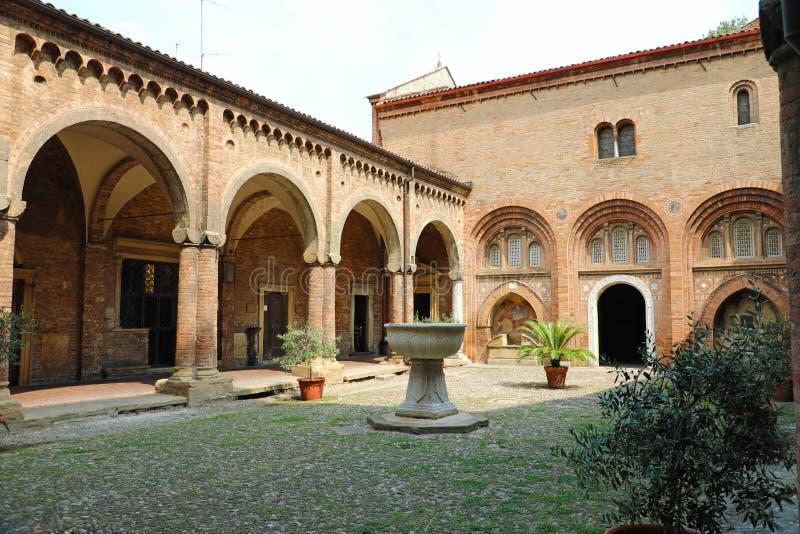 修道院的图象在圣斯特凡诺岛教会内在庭院里在波隆纳,意大利 免版税库存照片