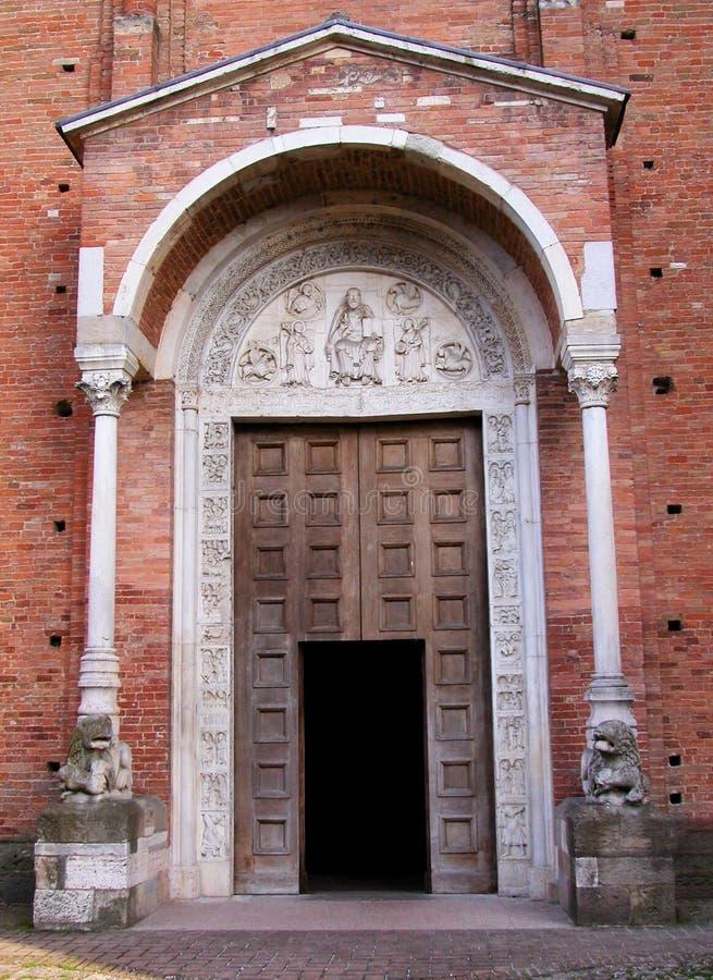 修道院诺南托拉,半月形的门面在Wiligelmo秒XI-XII,摩德纳,意大利之前 免版税库存图片